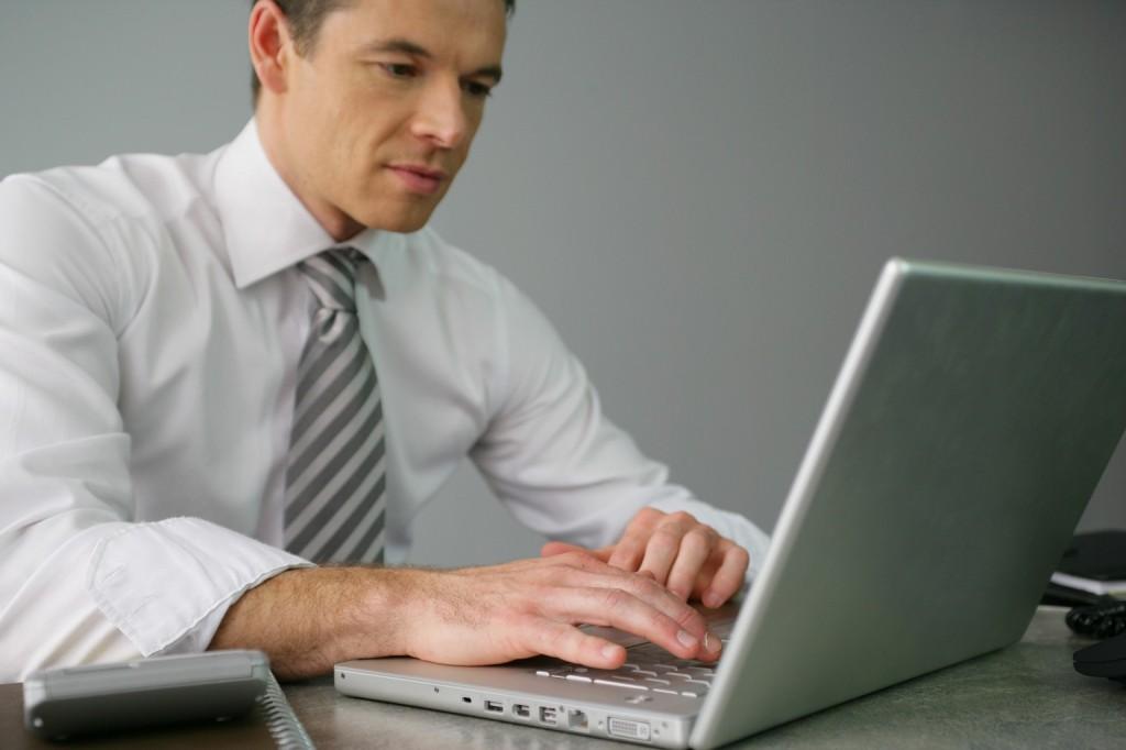 Homme d'affaires devant un ordinateur